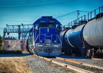 Locomotora renovada al momento de cruce